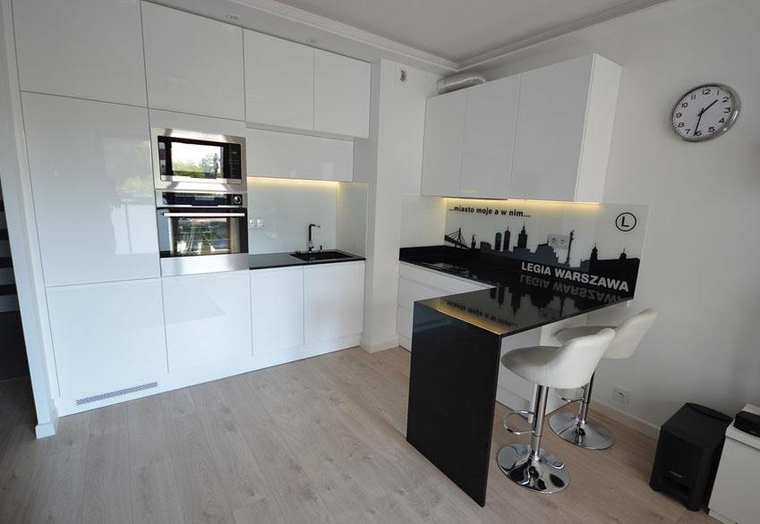 белая кухня в стиле лофт с дизайнерским фартуком майя фабрика мебели